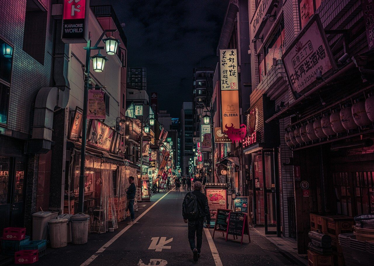 夜の繁華街の画像